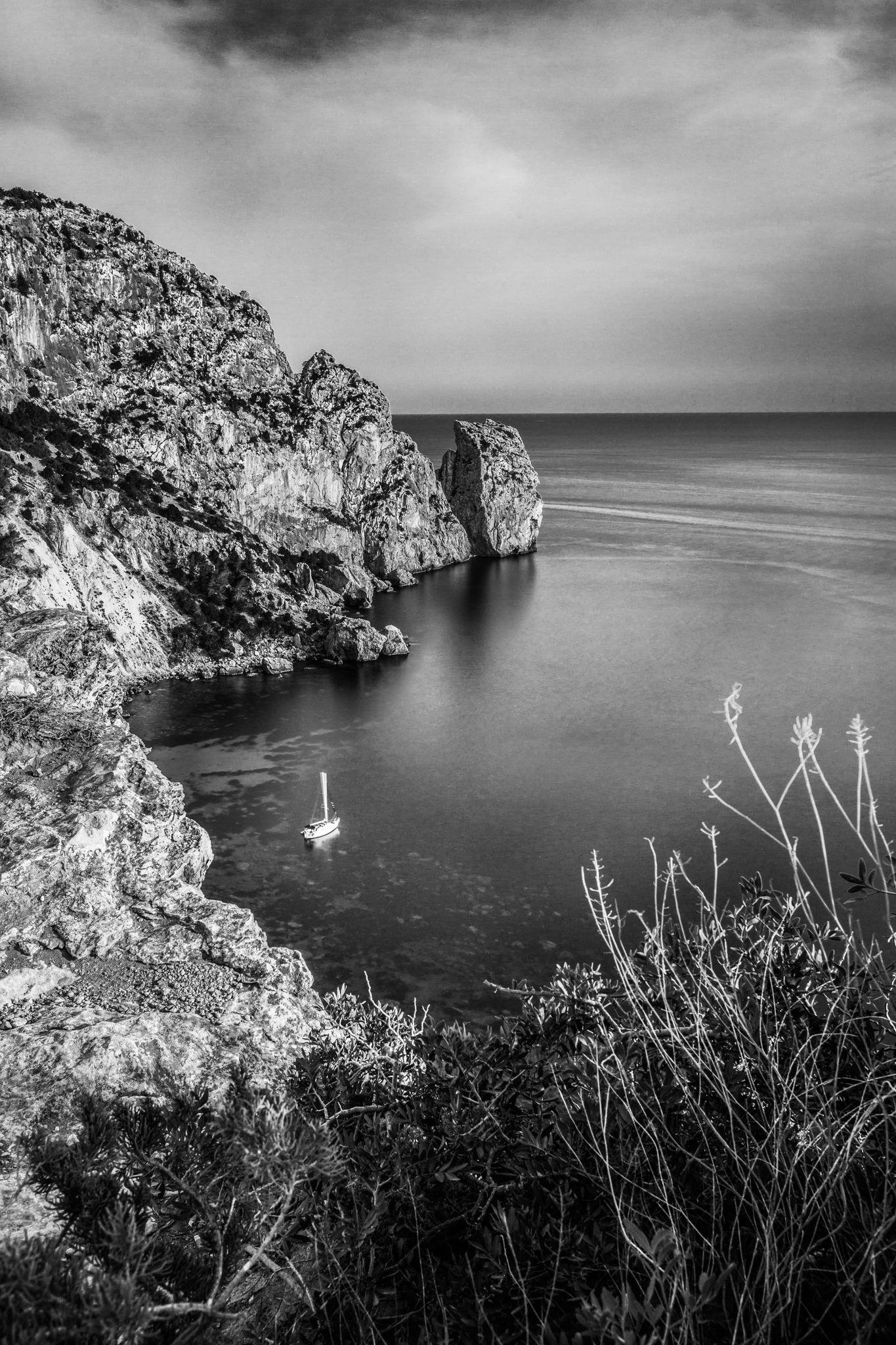 Fotografía de paisaje en blanco y negro en una cala frente al islote de Es Vedra en Ibiza